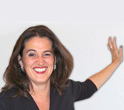 Mag.a Katrin Hagenbeck MA ist Expertin für ganzheitliche Stimmentfaltung